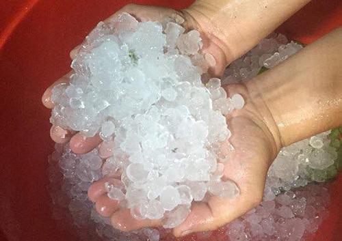 Mưa đá xảy ra tối 17/3 tại TP Bắc Kạn (Bắc Kạn). Ảnh: Đinh Liễu.