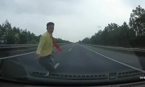 Người đi bộ lao trước đầu ôtô đang chạy 100 km/h trên cao tốc Ninh Bình