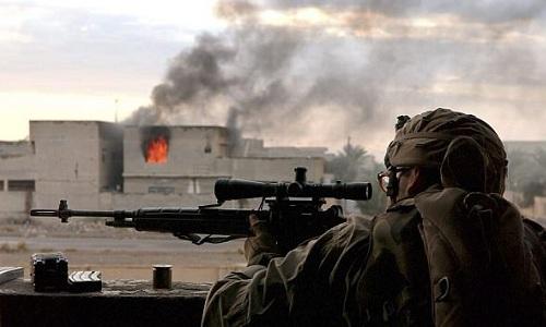 Một lính bắn tỉa thuộc lực lượng liên quân đang săn lùng IS tại Iraq. Ảnh: Reuters.