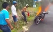 3 thanh niên bất lá»±c nhìn xe cháy vì không bật Äược bình cứu há»a