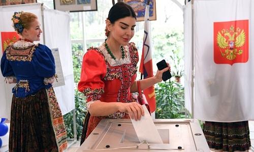 Một cô gái trong trang phục dân tộc Nga đi bỏ phiếu ở Sochi hôm 18/3. Ảnh: RT.