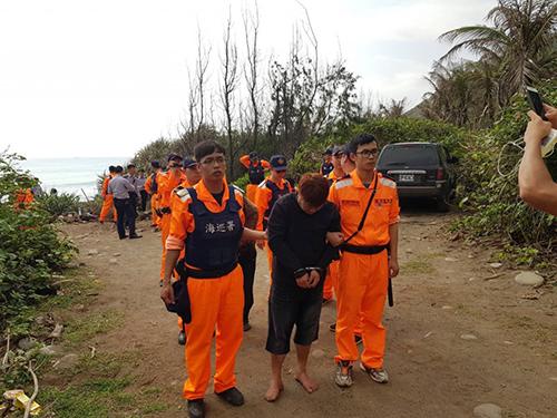 Những người nhập cư trái phép còn sống sót bị giới chức Đài Loangiam giữ. Ảnh: CGA