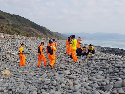 Lực lượng cứu hộ phát hiện thi thể hai người Việt trên bờ biển Đài Loan sáng nay. Ảnh: CGA