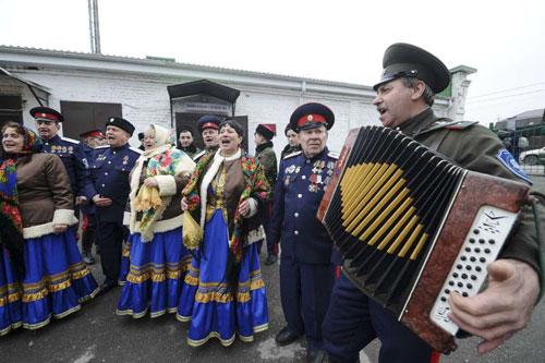 Người Nga ca hát, nhảy múa tại một địa điểm bầu cử. Ảnh: Laredo.