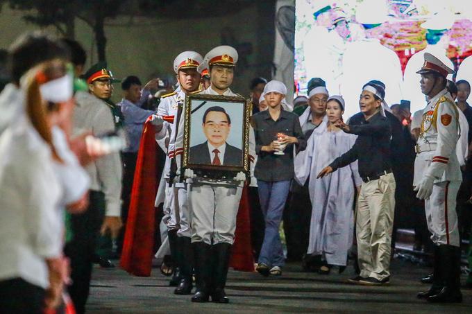 Người dân xếp hàng tiễn đưa linh cữu nguyên Thủ tướng Phan Văn Khải