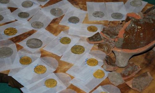 Số tiền xu bên trong chiếc nồi cổ ở Hà Lan. Ảnh: Fox News.