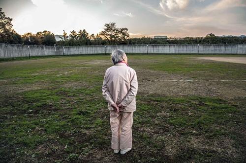Cuộc sống trong tù dễ dàng hơn nhiều. Dù chỉ là tạm thời nhưng ở đây tôicó thể là chính tôi, tôi có thể thở, nữ phạm nhân 80 tuổi nói. Ảnh: Bloomberg.