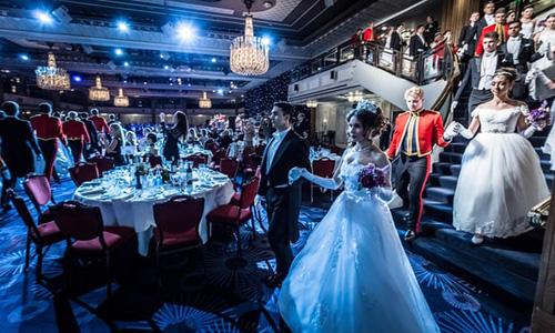 Đêm vũ hội ở London diễn ra hàng năm Khách sạn Nhà Grosvenor có tên gọi chính thức là Russian Debutante Ball dành cho các con cái gia đình siêu giàu Nga sống ở Anh. Ảnh: Guardian.