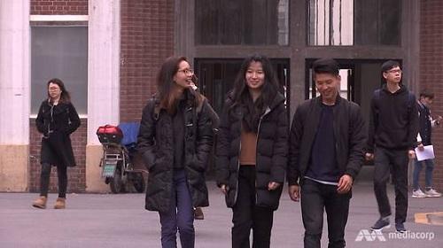 Ko Ko Kyaw (hàng đầ, ngoài cùng bên phải)cùng các bạn ở đại học Phúc Đán. Ảnh: CNA.