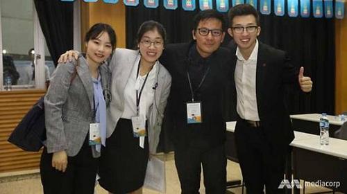 Phommilath (thứ ba từ trái sang), du học sinh Lào và bạn cùng lớp người Trung Quốc ở đại học Phúc Đán. Ảnh: CNA.