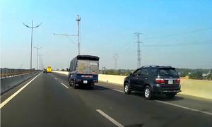 Đi vào làn dừng khẩn cấp - tài xế Việt vô tư phạm luật
