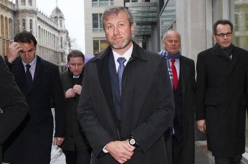 Roman Abramovich và lực lượng vệ sĩ hùng hậu nhất thế giới. Mỗi năm tỷ phú này tốn khoảng 2 triệu USD cho 40 vệ sĩ thường trực. Ảnh: Gazeta.