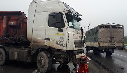 Hiện trường vụ tai nạn xe tải đâm vào dải phân cách rồi quay ngang đường, phía đường đối diện cũng xảy ra vụ tai nạn liên hoàn giữ 4 xe ôtô con khác. Ảnh: Bá Đô