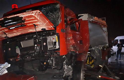 Xe cứu hỏa bẹp dúm sau tai nạn. Ảnh: Phương Sơn