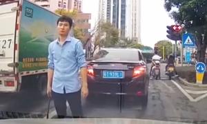 Bấm còi giục xe khác, tài xế bị dằn mặt