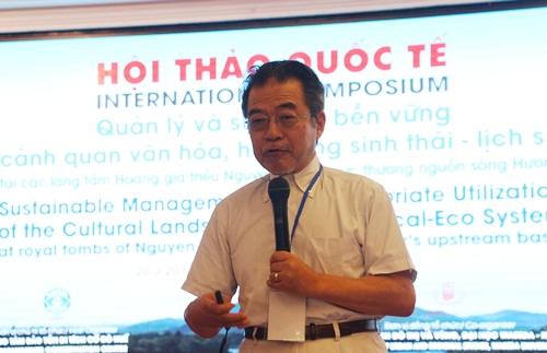 GS.TS Satoh Shigeru đánh giá cao dòng sông Hương. Ảnh: Võ Thạnh.