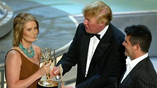 Nixon được ông Trump trao giải Emmy năm 2004. Ảnh: BBC.