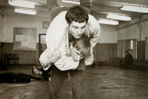 Ông Putin (dưới) đấu judo cùng một người bạn năm 1971. Ảnh: AFP.
