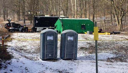 Nhân viên FBI và cán bộ bảo tồnbang Pennsylvania lập căn cứ tạm thời ở thị trấn Benezette, gần nơi các thợ săn kho báu nói rằng có số vàng mất tích trong Nội chiến được chôn cất.Ảnh: AP.