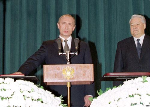 Putin tuyên thệ nhậm chức năm 2000 dưới sự chứng kiến của cựu tổng thống Boris Yeltsin. Ảnh: Atrizno.
