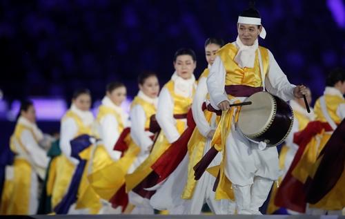 Các nghệ sĩ biểu diễn tại lễ bế mạc thế vận hội dành cho người khuyết tật Paralympic ở Pyeongchang, Hàn Quốc, hôm 18/3. Ảnh: REuters.