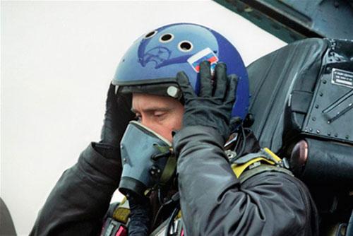 Tổng thống tạm quyền Putin ngồi trên buồng lái tiêm kích Su-27 tới Chechnya năm 2000. Ảnh: Tass.