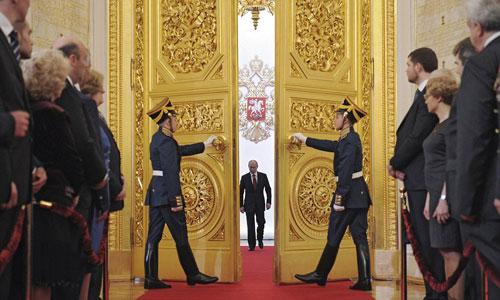 Putin bước vào Điện Kremlin trong lễ nhậm chức năm 2012. Ảnh: AP.