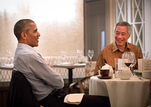 Thủ tướng Singapore ăn tối và trò chuyện với cựu tổng thống Mỹ Barack Obama hôm qua. Ảnh:Terence Tan