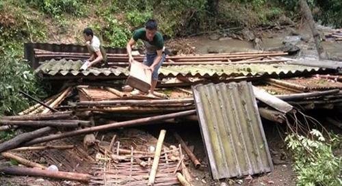 Trận lốc xoáy bất ngờ khiến nhiều nhà dân ở huyện biên giới Quan Hoá bị đổ sập. Ảnh: Lam Sơn.