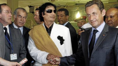 Ông Nicolas Sarkozy bắt tay nhà lãnh đạo Libya Muammar Gaddafi tại Tripoli, Libya, tháng 7/2007. Ảnh: Reuters.