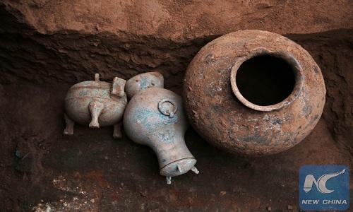 Ấm rượu 2.000 năm tuổi (ở giữa) được dùng để cúng tế. Ảnh: Xinhua.