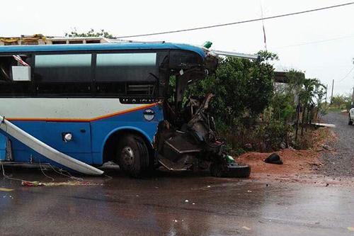 Xe khách biển kiểm soát Làova chạm với xe tải khiến ba người tử vong. Ảnh:T.Th