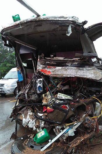 Chiếc xe khách biến dạng hoàn toàn phần đầu sau cú đâm trực diện vào hông xe tải. Ảnh: T.Th