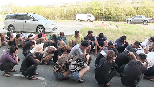 Cảnh sát tạm giữ gẩn 50 người. Ảnh: Quốc Thắng.