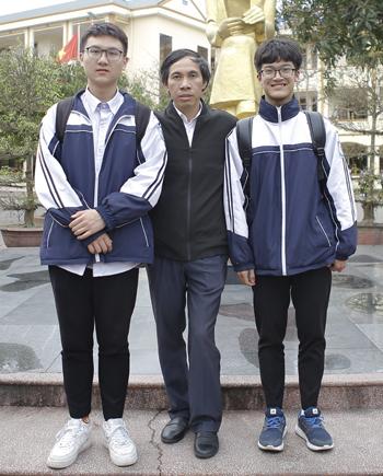 Long, Anh và thầy giáo hướng dẫn Mai Văn Quyền. Ảnh: Hải Bình.