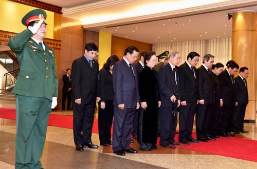 Trưởng ban Kinh tế Trung ương Nguyễn Văn Bình làm trưởng đoàn vào viếng đầu tiên. Ảnh: VGP