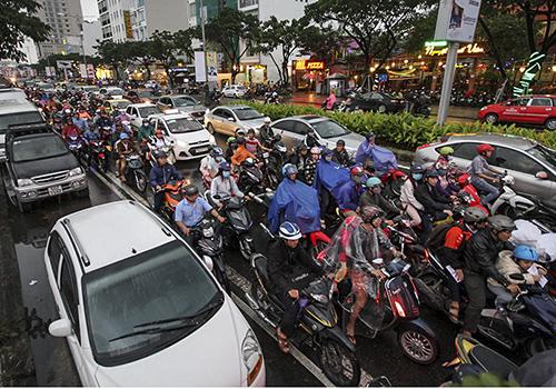 Giao thông trên đại lộ Nguyễn Văn Linh thường ùn tắc vào giờ cao điểm. Ảnh: Nguyễn Đông.