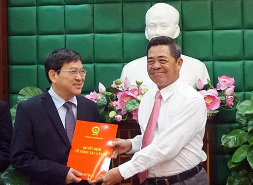 Ông Lê Thanh Quang (phải) trao quyết định cho ông Nguyễn Duy Bắc. Ảnh: Báo Khánh Hòa