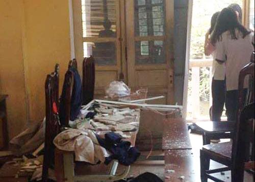Hình ảnh tại phòng học lớp 12A12 trường THPT Trần Nhân Tông sau vụ sập vữa trần nhà ngày 20/3.