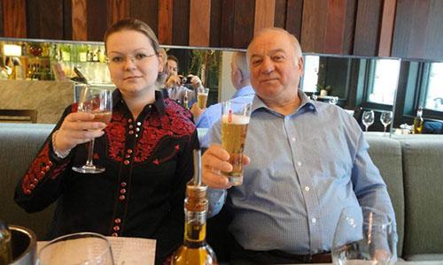 Hai bố con cựu điệp viên Nga Skripal. Ảnh: The Sun.