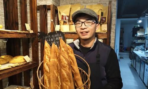 Thạc sĩ y khoa Huang chọn làm bánh mì vì đam mê. Ảnh: Hangzhou Daily.