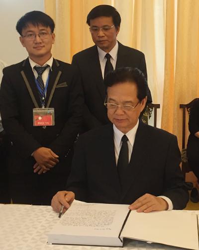Nguyên Thủ tướng Nguyễn Tấn Dũng ghi sổ tang sáng nay. Ảnh: Luân Nguyễn.