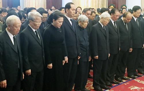Lãnh đạo, nguyên lãnh đạo cấp cao của Đảng và Nhà nước viếng tang nguyên Thủ tướng Phan Văn Khải. Ảnh: Luân Nguyễn.