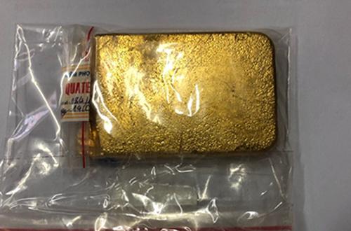 Thỏi vàng trong hành lý du khách Hàn Quốc. Ảnh: Hải Quan.