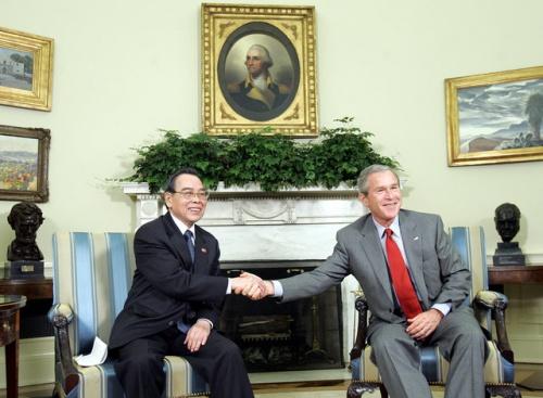Ông Phan Văn Khải bắt tay với tổng thống Mỹ bấy giờ là