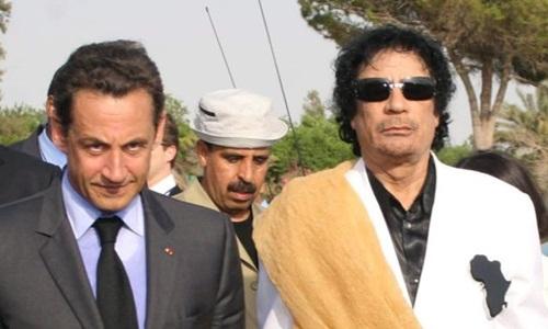 Ông Sarkozy (trái) và ông Gaddafi trong chuyến thăm của nhà lãnh đạo Libya tới Pháp năm 2007. Ảnh: AFP.