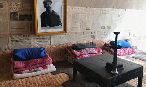 Chiếc giường dùng chung với 5 người khác mà ông Tập từng nằm khi còn ở Lương Gia Hà. Ảnh: CNN.