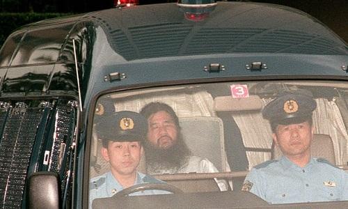 Shoko Asahara, lãnh đạo giáo phái, bị áp tải từ trụ sở cảnh sát Tokyo tới tòa án Tokyo để thẩm vấn năm 1995. Ảnh: AFP.