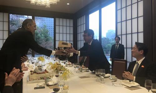 Ngoại trưởng Nga và người đồng cấp Nhật Bản trao đổi quà tặng. Ảnh: Facebook.