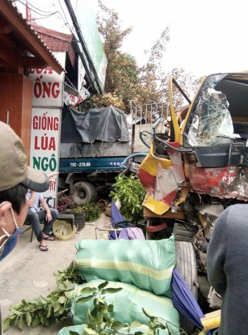 Xe tải bị xe cẩu cứu hộ lùa bay lên vỉa hè và tông vào nhà dân. Ảnh: Hòa Thắng